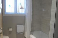 Salle-de-bain-plancher-ceramique-douche-peinture