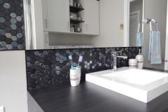 salle-de-bain-mosaïque-comptoir